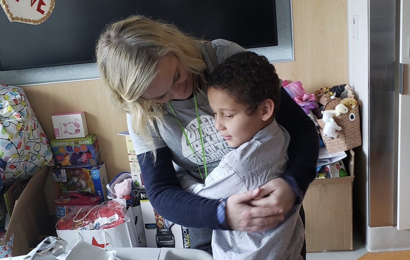 Amy Poehler surprises WNY family in hospital with hugs and gifts!
